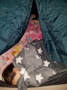 Les faire dormir dans la tente